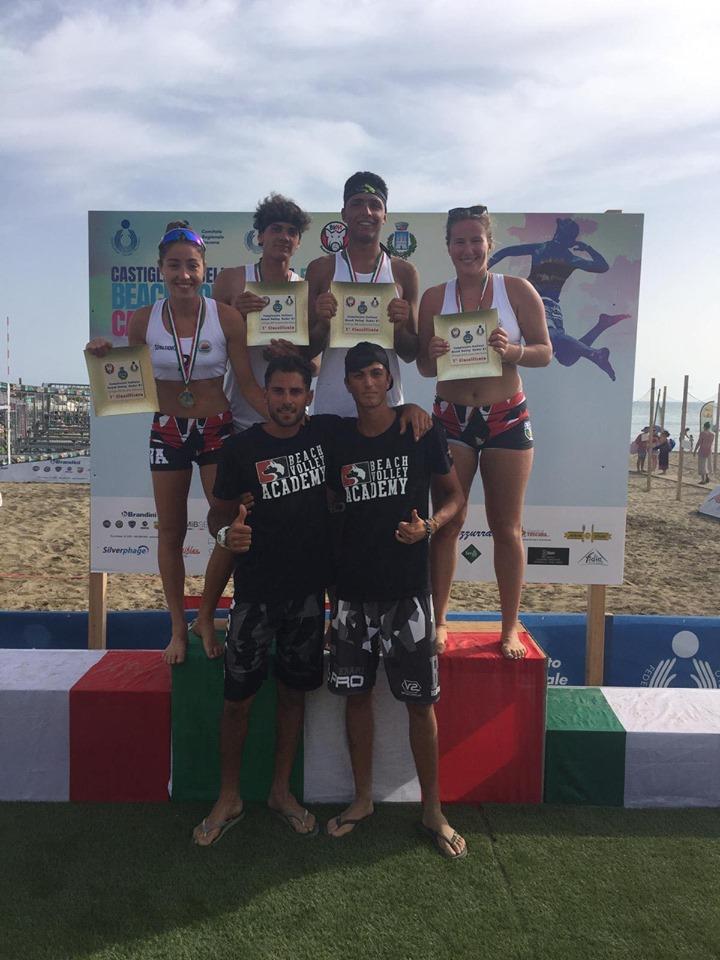 Alice Eaco, Rachele Mancinelli, Davide Traini e Riccardo Cesaretti con Coach Terrazzano sul podio del campionato italiano Under21