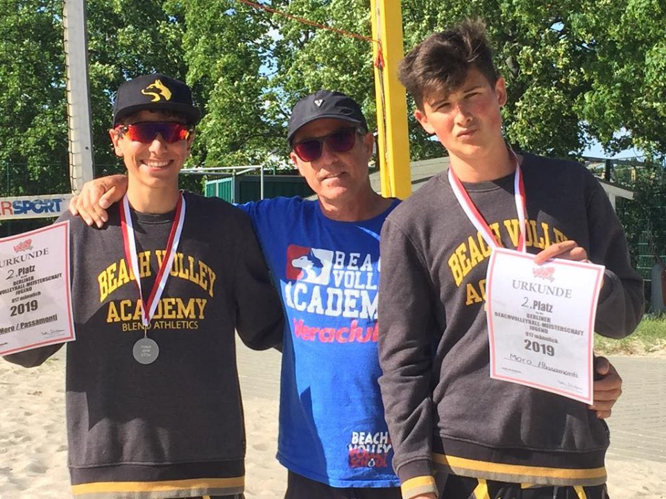Andrea Passamonti e Alberto Moro con Coach Pozzi e la medaglia d'argento conquistata a Berlino nel campionato tedesco Under 17